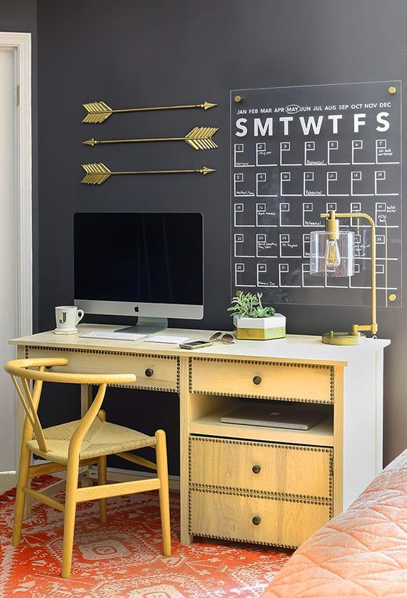kreative wand dekoidee fürs Homeoffice mit selbstgemachtem kalender aus acrylglas und vinylfolie