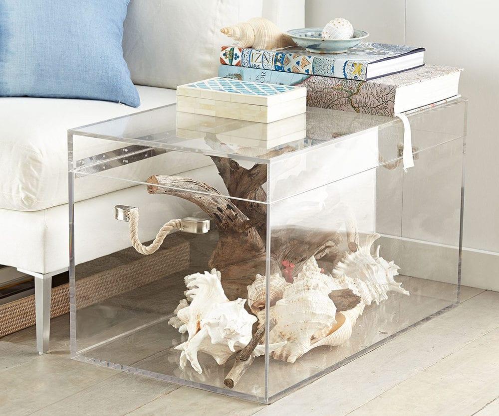 coole wohnidee für moderne wohnzimmereinrichtung mit Truhe-Couchtisch aus Acrylglas und sommerdeko mit treibholz und meeresschnecken