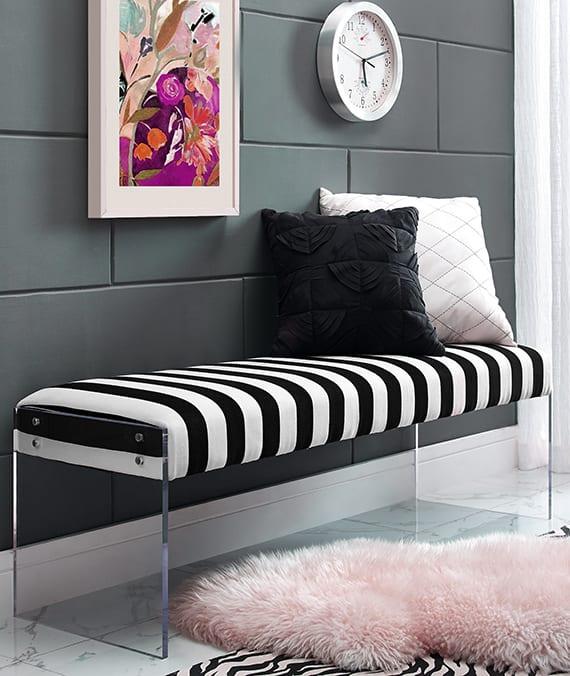 sitzbank mit acrylglasbeinen und polstersitz in schwarzweißen streifen als moderne einrichtungsidee