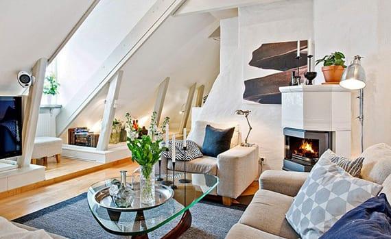 kleines wohnzimmer mit dachschräge modern einrichten in blau und beige und kreativ gestalten durch raumsparende aufstellfläche am boden