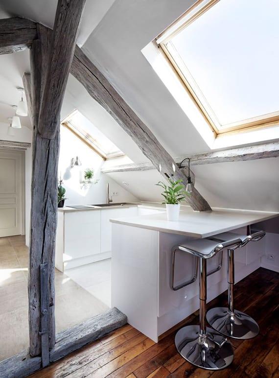 dachwohnung platzsparend einrichten mit kleiner küche und esstisch in weiß ünter dachschräge