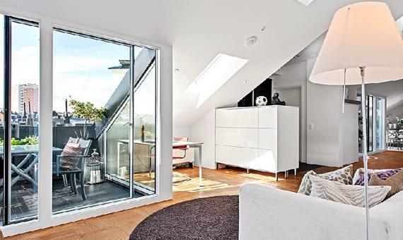 dachwohnung modern und gemütlich einrichten mit weißen möbeln und hellem holzfußboden