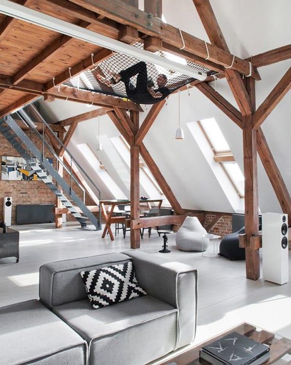 coole einrichtungsideen für Mezzanin-Dachwohnungen mit ziegelwänden, holztragkonstruktion und designer polstermöbeln in grau