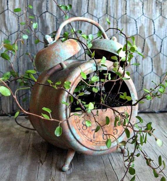 rustikale dekoiration selber machen mit Wecker und pflanzen