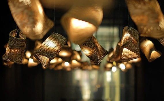 moderne Raumbeleuchtung mit modernen 3D-Lampen aus Wellpappe als coole Wohnidee für modernes Interior Design