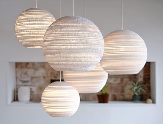 elegante raumgestaltung und moderne lichtgestaltung mit kugel-pendellampen aus weißer wellpappe