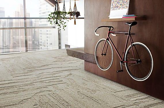 moderne raumgestaltung mit eco-friendly tepichfliesen aus recyceltem Polyamid_wohnzimmer einrichten mit teppich in beige und holzwandverkleidung