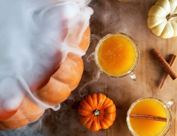 halloween rezept für kürbis-punsch mit rauch als coole Tischdeko idee zum halloween