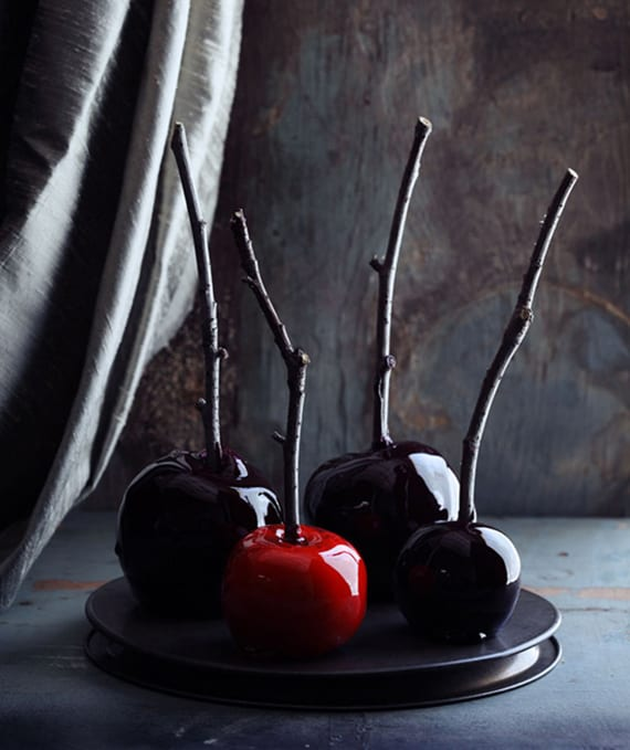halloween rezept für schwarz glasierte Äpfel als coole idee für kinder halloween party