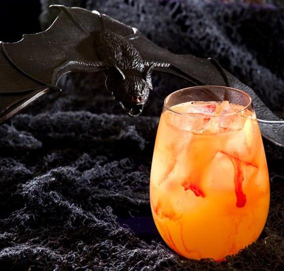 leckerer Halloween Cocktail mit Bacardi, Ananassaft und Cointreau