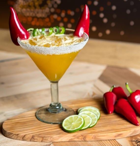 halloween cocktail mit schoten, tequila und agave