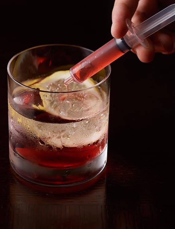 leckere Halloween shots mit wodka, grenadine und 7-up