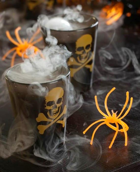 razept für rauchende Halloween cocktails mit Bourbon, Grenadine und Zitronensaft