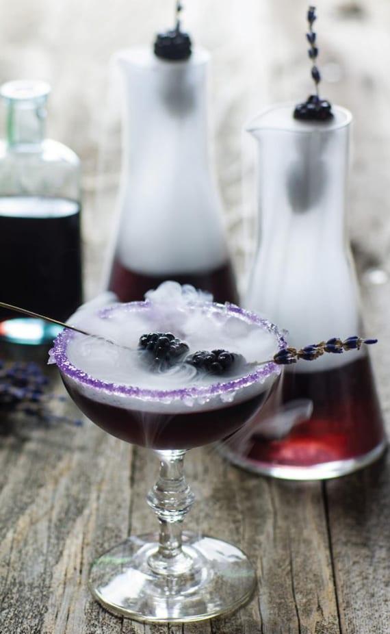 halloween cocktails mit wodka_rezept für cocktail mit wodka, Likör, lavendelsirup und brombeeren