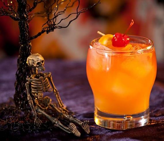 zombie cocktail zu halloween mixen mit Rum und Orangensaft