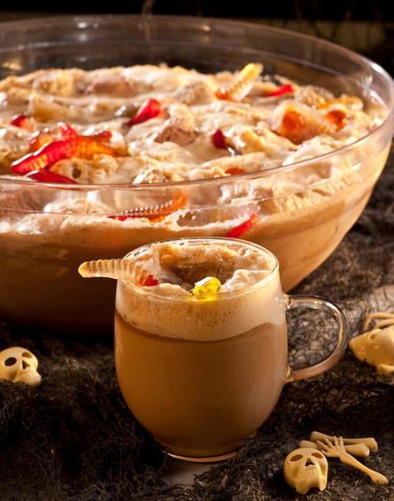 alkoholfreier Halloween Cocktail mit gummiwürmern