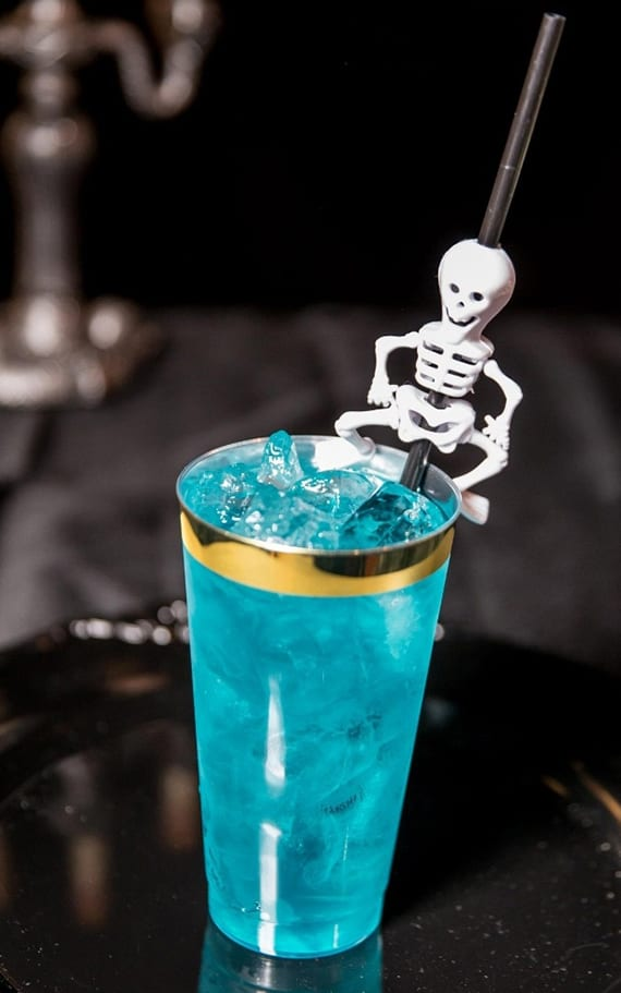 tolle rezepte für leckere und bunte halloween cocktails_Cocktail mit Curaçao, Tequila, rum und wodka