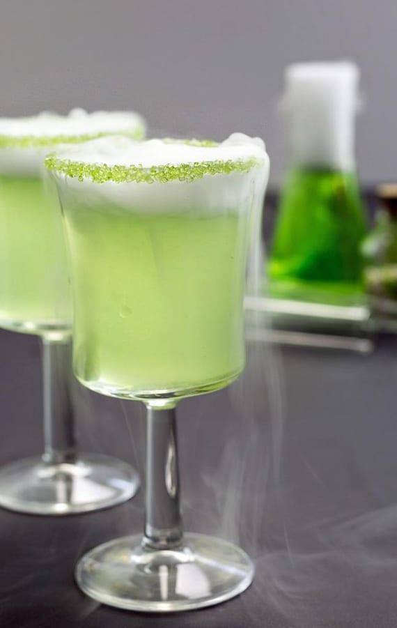 rezept für grünen halloween cocktail mit rauch_kreative ideen für halloween getränke