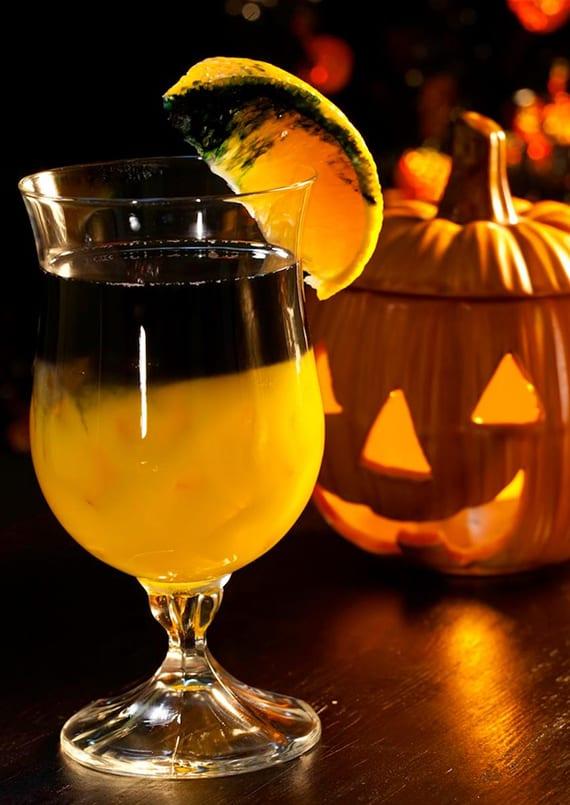 leckere halloween cocktails mit wodka_rezept für cocktail mit orangensaft, schwarzer wodka und Triple Sec