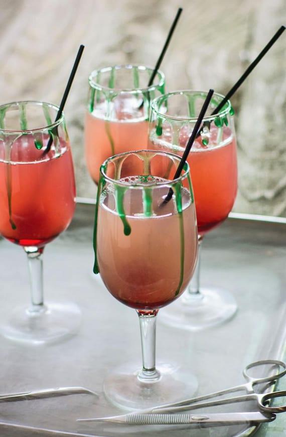 halloween cocktails mit Tequila_rezept für margarita cocktail mit Tequila, Sodawasser, Zitronensaft und Kirschsirup