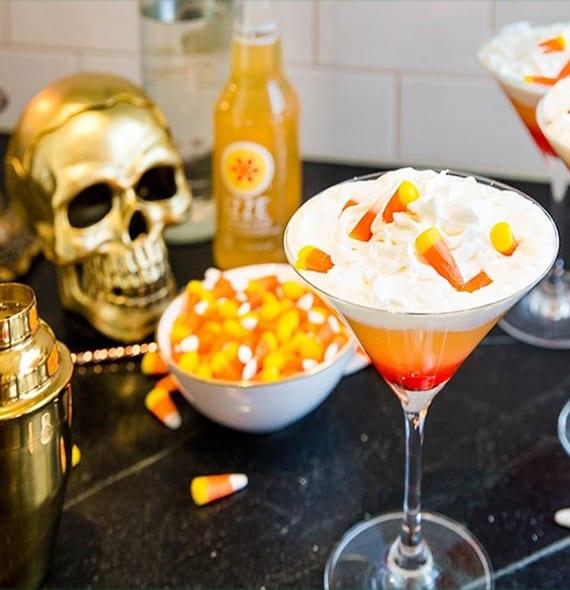 halloween cocktail mit Grenadine, ananassaft und schalgsahne