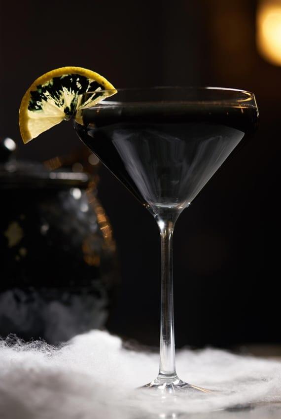 grusellige halloween cocktails für hexen_interessantes rezept für schwarzen Cocktail mit Tequila, Agavensirup,Angosturabitter und Aktivkohle