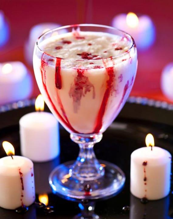 leckerer halloween Cocktail mit Eiscreme, crème de cacao und grenadine