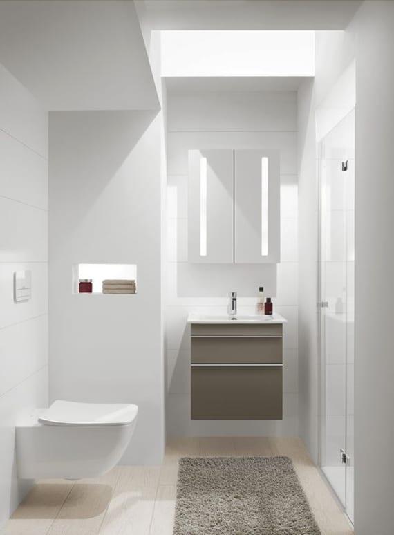 idee für kleines gäste wc mit dusche und oberlichter_Gästetoilette gestalten mit holz-schrankwaschtisch und wandschrank mit spiegel und eingebauter Spiegelbeleuchtung in wandnische