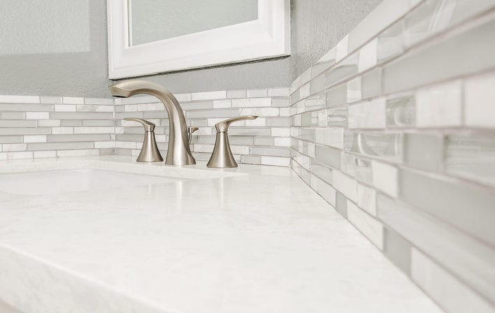 passende fliesen und wandfarbe für gästetoilette_kleines gäste wc gestalten in weiß und grau mit waschtisch aus naturstein und fliesenspiegel aus fliesen-bordüren