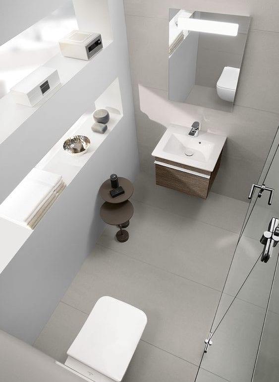 kleines gäste wc mit dusche stilvoll gestalten_moderne gästetoilette mit schrankwaschtisch holz, badezimmerspiegel mit eingebauter beleuchtung und wandnische-regalen