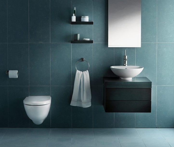 gästetoilette modern gestalten mit kleienm Aufsatzwaschtisch schwarz, wandschrank mit spigeltür und kleine wandregalen für bad