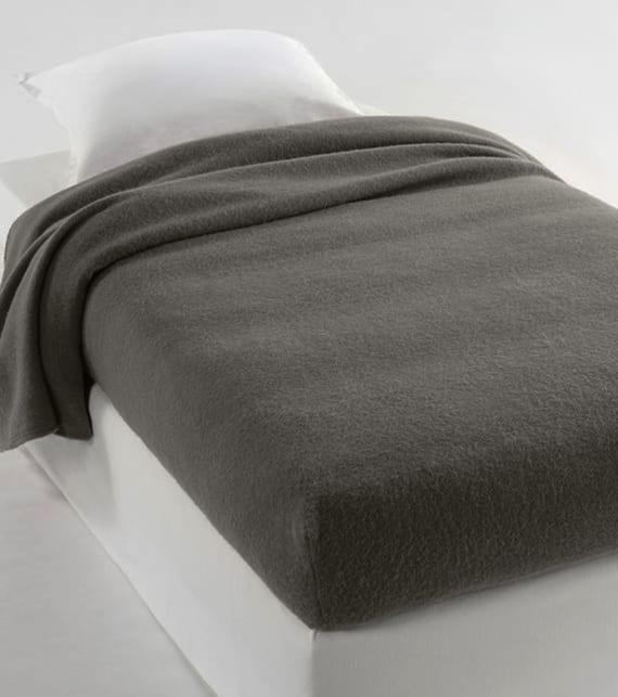 graue wolldecke mit gummizügen aus schurwolle mit woolmark-siegel