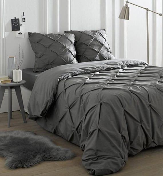 modernes schlafzimmer gestalten in weiß und grau_graue bettwäsche aus baumwolle und grauem bettbezug mit Knopfverschluss