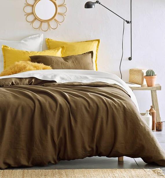 bett beziehen mit baumwolle-bettwäsche in gelb und braun und bett dekorieren mit gelben kissen aus mongolischer Wolle