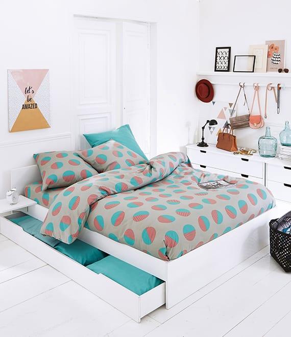 weiße schlafzimmer gestalten mit weißen kommoden, weißem bett mit schubladen und moderner bettwäsche mit punktmuster