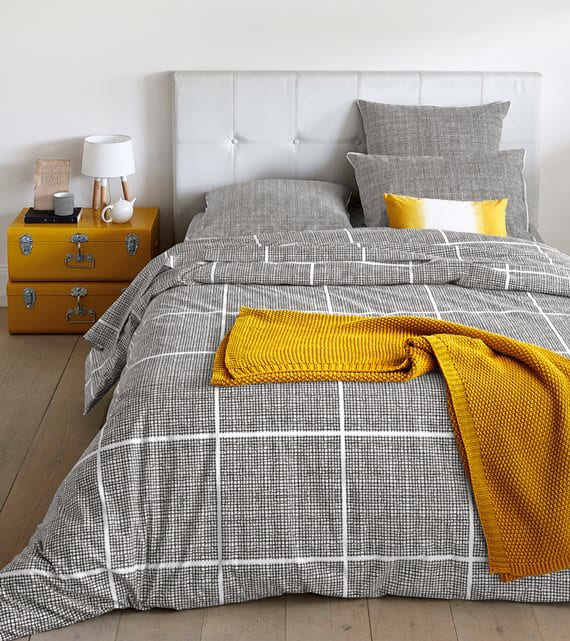 Schlafzimmer Gestalten Mit Diy Nachttisch Aus Gelben Koffern, Weißem  Bettkopfteil Und Baumwolle Bettwäsche Karriert