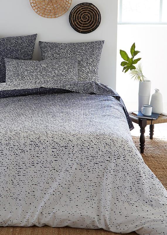 weißes bettwäsche-set mit druckdesign in dunkelblau für elegante schlafzimmer gestaltung