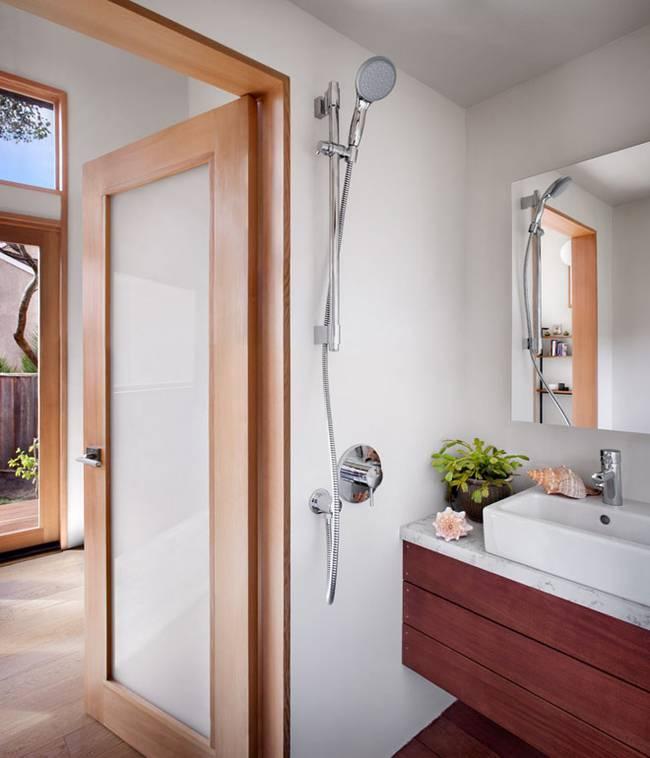 modernes luxus haus mit kleinem badezimmer mit dusche und waschtischschrank aus holz und natursteinplatte