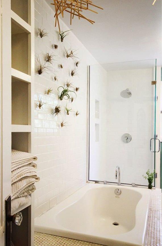 modernes badezimmer mit badewanne im boden eingebaut, hängedeko mit luftpflanzen, mosaikbodenbelag und duschkabine aus glas