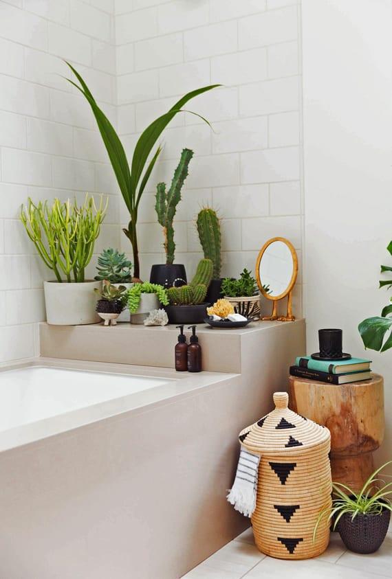 entspannende badezimmergestaltung und baddeko mit grünen pflanzen fürs bad