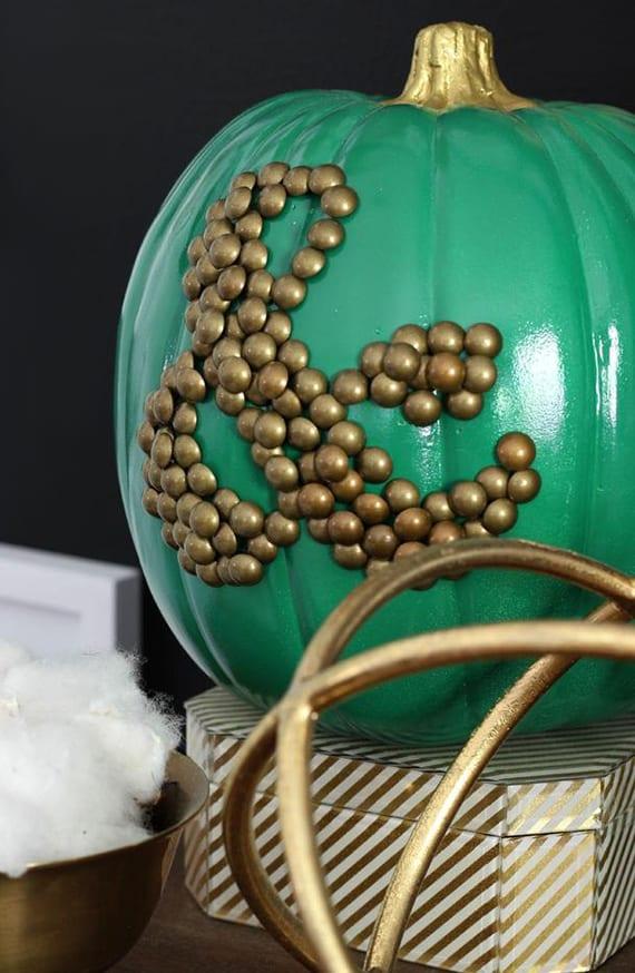 bastelideen für moderne hebstdekoration mit künstlichem kürbis grün und reißnägeln