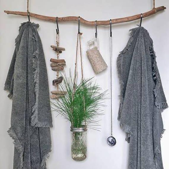 bad einrichten mit diy handtuchhalter aus holz und cool gestalten mit hängevase