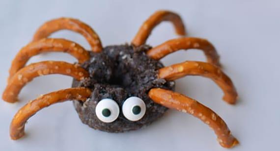 halloween rezept für spinen-süßigkeiten aus salzstangen und schokolade-donuts