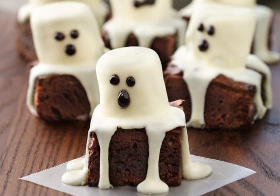 ideen für halloween party mit halloween brownies mit Marshmallows und zuckerguss