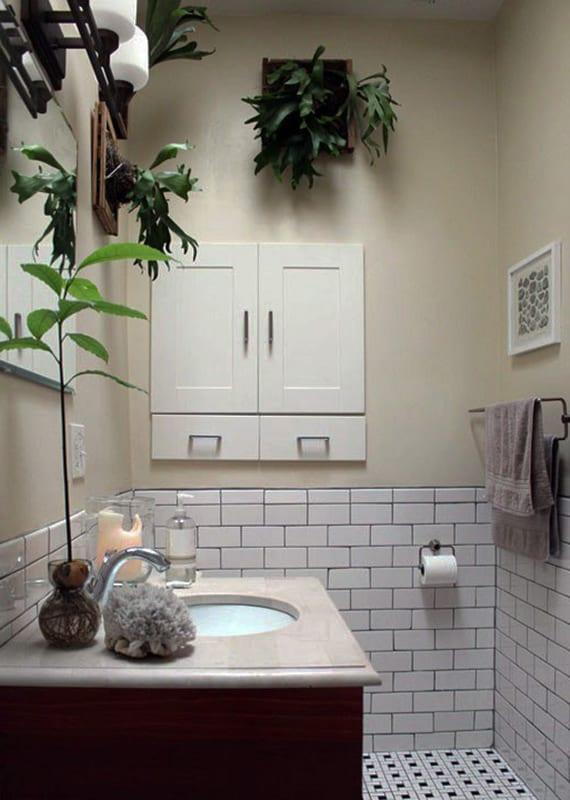 beispiel für moderne badezimmergestaltung mit pflanzen für kleines bad mit weißen wandfliesen