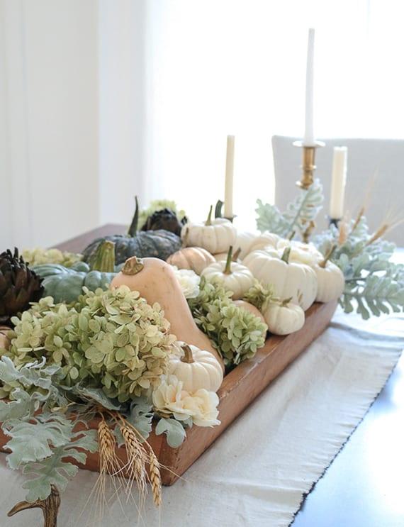 moderne herbst deko ideen für herbstliche tischdeko mit kürbissen, Artischocken, Weizenhalmen und hortensie