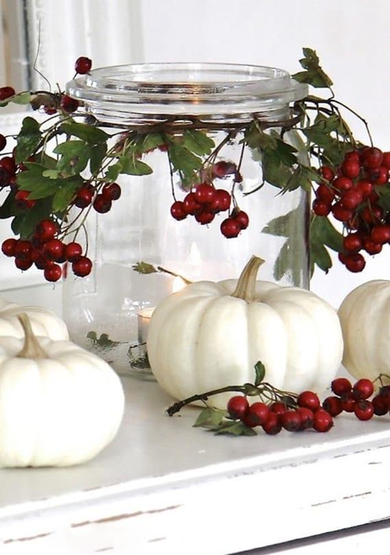 fensterbank dekorieren mit weißen kürbissen und diy glas-teelichter mit hagebutten deko