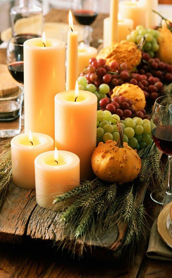 tisch eindecken mit Holz als Untersetzer für eine Herbstdeko mit Obst und kerzen