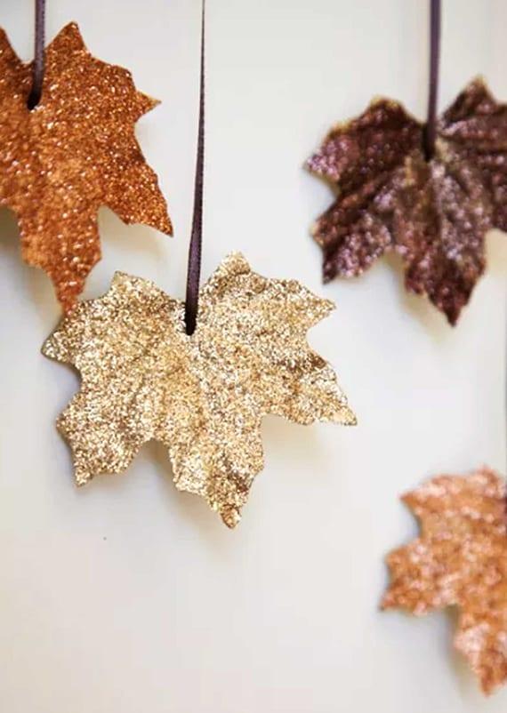 DIY Hängedeko basteln mit gefärbten Blättern und glitzern