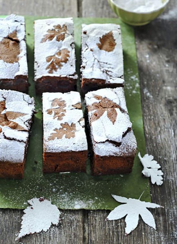 interessante dekoidee für kuchen mit puderzucker und blättern